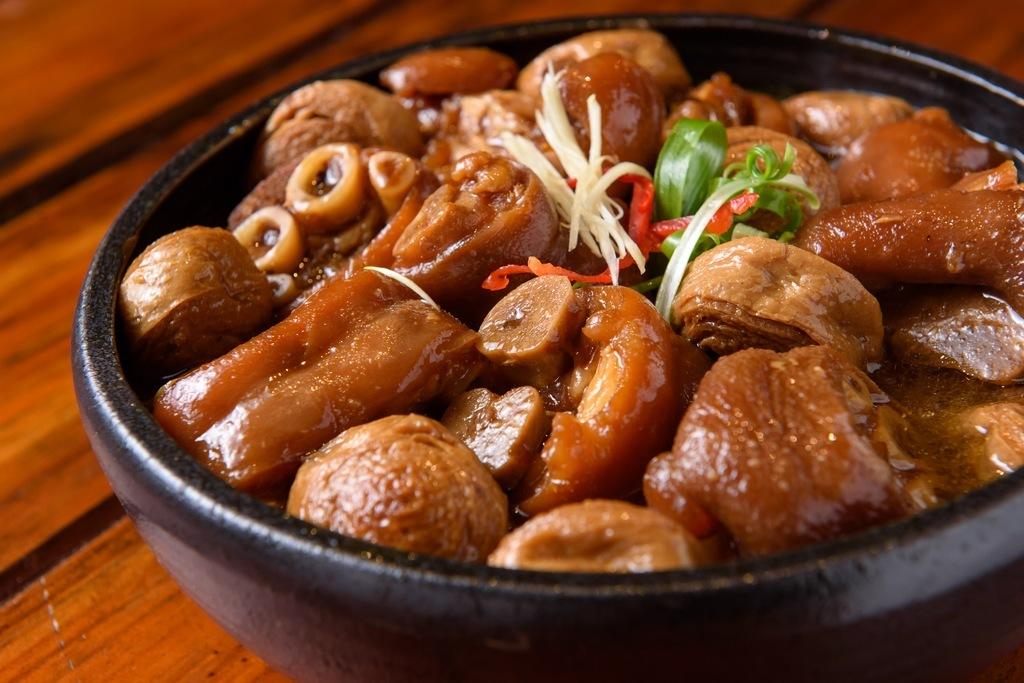 古早味麵輪豬腳-淋上可口醬汁的美味炭烤豬腳|跟著董事長吃好吃