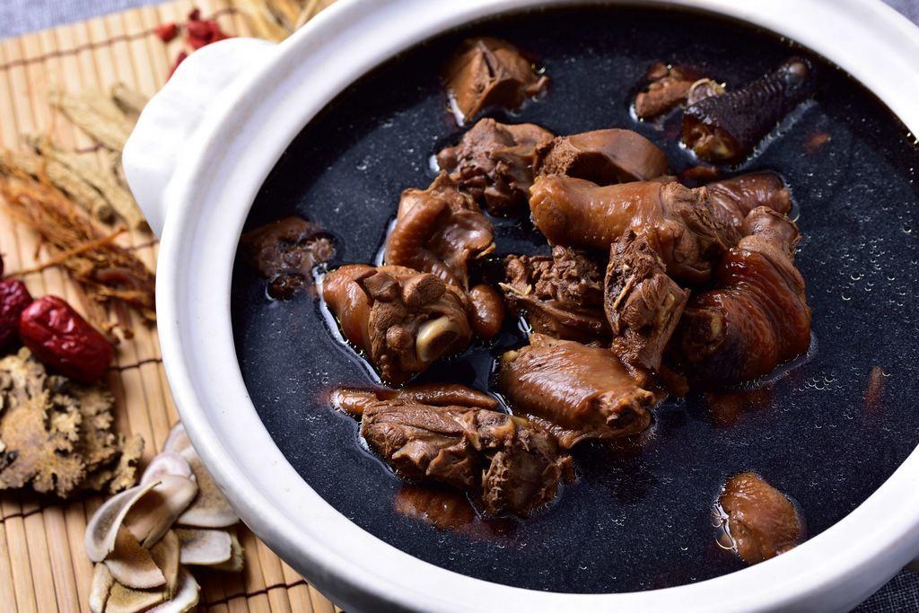 何首烏雞湯-美味可口的何首烏雞湯|跟著董事長吃好吃